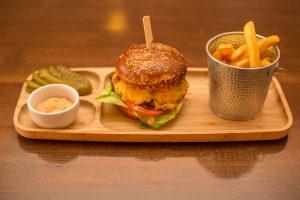 burger vita cu cartofi prajiti
